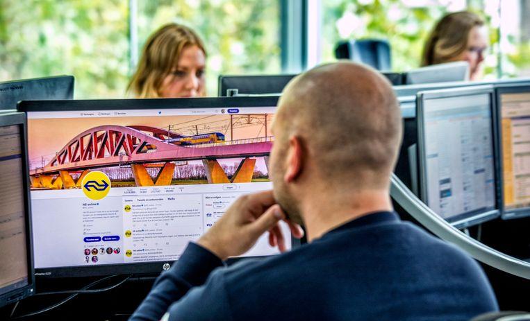 De Webcare-afdeling van de NS in Utrecht. Thomas houdt de twitterberichten in de gaten. Vanwege privacyredenen wil hij niet herkenbaar in beeld.  Beeld Raymond Rutting / de Volkskrant