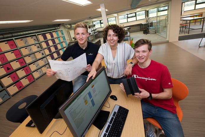 v.l.n.r. Tom Groenhof, Hilke Hol en Jesse Bregman in het technasiumlokaal op het RSG Lingecollege.
