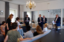 Het college van B en W bladert door de KinderTrendrede, achterin van lnr: Leon van de Moosdijk, Evert Weys, Ted van de Loo en Gerrit Overmans.