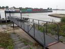 Het afmeerponton aan Beuningse zijde, schuin aan de overkant die aan Slijk-Ewijkse kant. De Waal moet minstens 1 meter hoger zijn om aan te kunnen meren, nu zou de pont vastlopen op de rivierbodem.