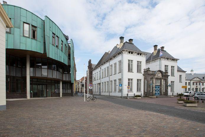 Het oude en nieuwe stadhuis van Zutphen aan 's-Gravenhof.
