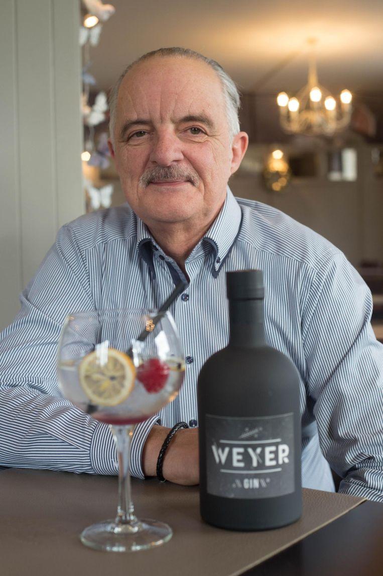 Uitbater Jean Hellings met zijn Weyer Gin.