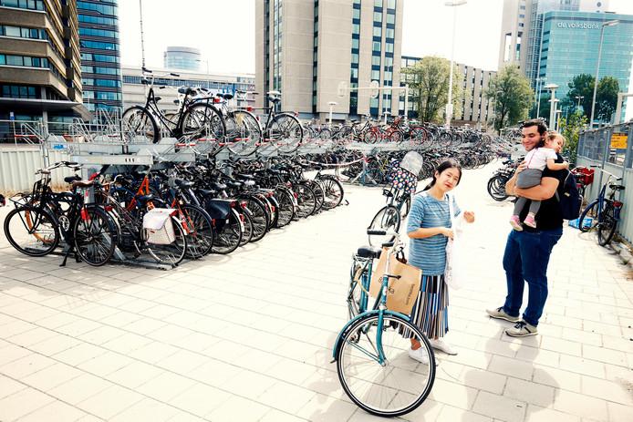 21-08-2018 : Utrecht: Fietsenstalling Westplein.  Laatste bezoekers. Morgen sluit een deel van de stalling en worden de fietsen verwijderd  . IBRAHIM EL BOUAYADI EN GEZIN   Foto : Ruud Voest