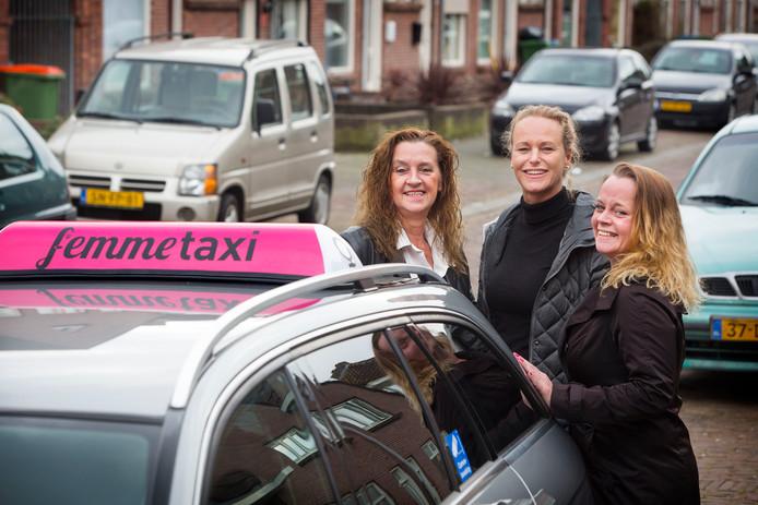 Corina de Laat (links), dochter Romy Aarts ( rechts), Margot Roermund (midden), taxichauffeurs in Breda.