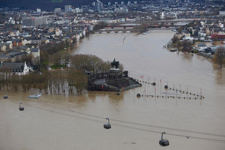 Het majestueuze monument van keizer Willem I in Koblenz staat net niet onder. De stad Koblenz, waar de Rijn en de Moezel samenkomen, kan het vele water niet meer de baas.