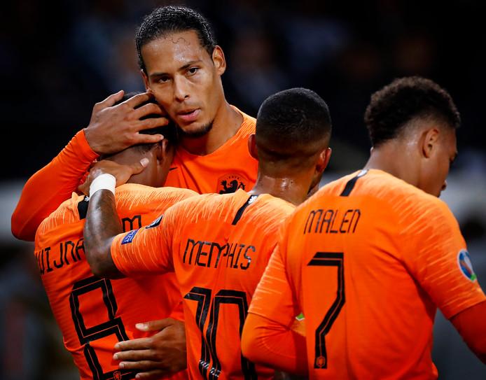 Virgil van Dijk als trotse captain van Oranje.