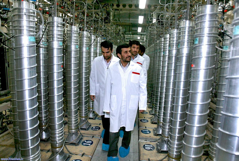 De Iraanse president Mahmoud Ahmadinejad bezoekt het atoomcomplex van Natanz waar een Nederlandse AIVD-agent infiltreerde.  Beeld AP