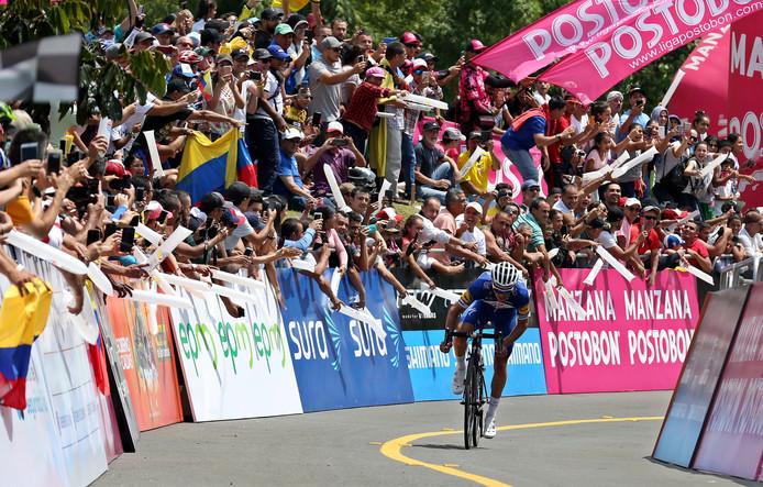 Julian Alaphilippe wordt aangemoedigd door de dolenthousiaste Colombiaanse wielerfans.