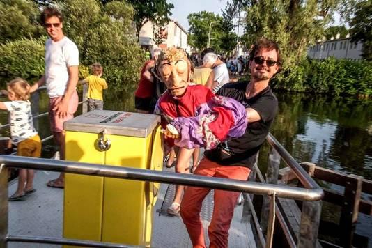 Ferry van de Zaande neemt - geholpen door Frans van der Meer - het pontje in gebruik.