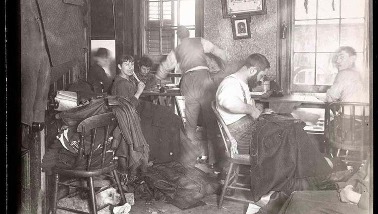 Riis fotografeerde gangsters, straatkinderen, opiumrokers en ruige kroegen Beeld Jacob Riis