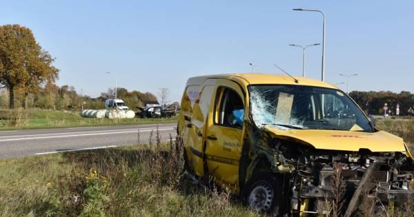 Gewonde en enorme ravage na botsing tussen busje en pick-up truck bij Vriezenveen.