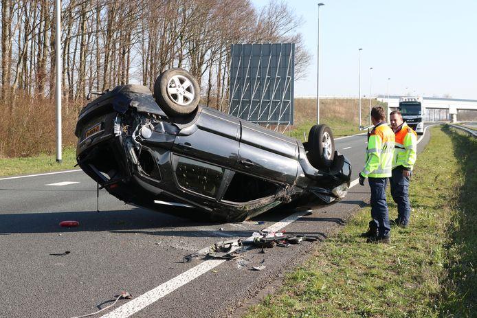 Hoewel ze over de middenberm sloegen en ondersteboven op de tegengestelde rijbaan landden, hoefden de twee inzittenden van het voertuig bij het eenzijdige ongeval op de N50 donderdagmiddag 'slechts' ter controle naar het ziekenhuis.