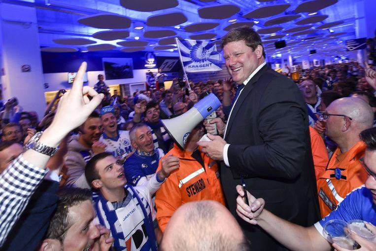 Hein Vanhaezebrouck omstuwd door fans in Gent, ook in Lauwe werd gesupporterd.