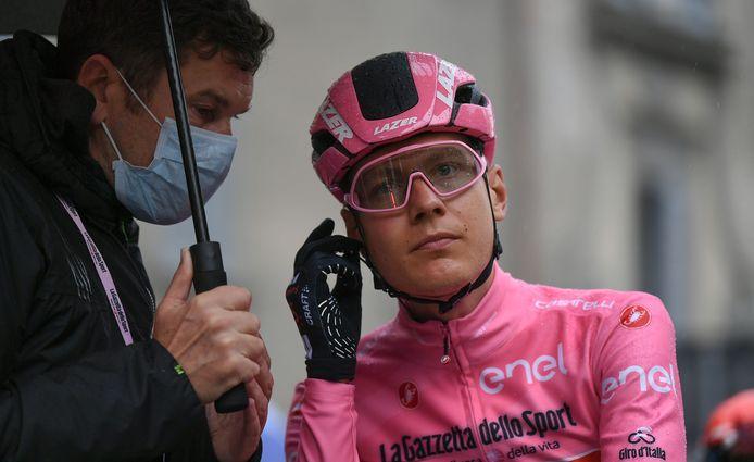Wilco Kelderman voor etappe 19 in de Giro d'Italia, die na protest van de renners begint met een busrit van 100 kilometer.