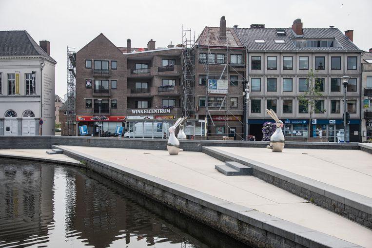 De Drie Hazen op de Markt op het huidige Durmepaviljoen vormen een knipoog naar het haarsnijderijverleden van Lokeren.