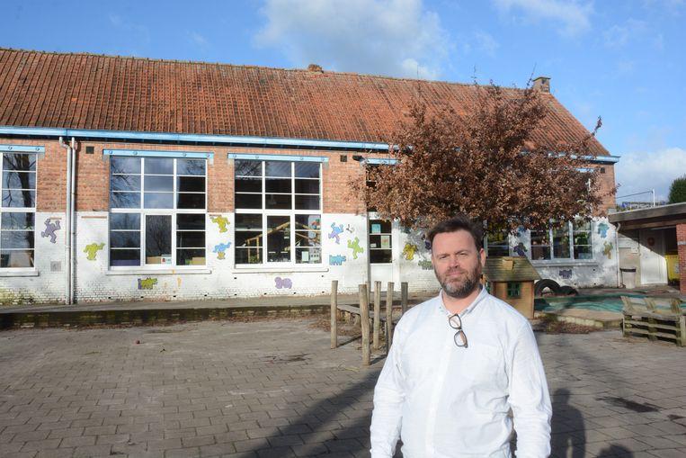Directeur Sven Debruyn bij het getroffen schoolgebouw. Door waterinsijpeling zijn de plafonds aangetast.