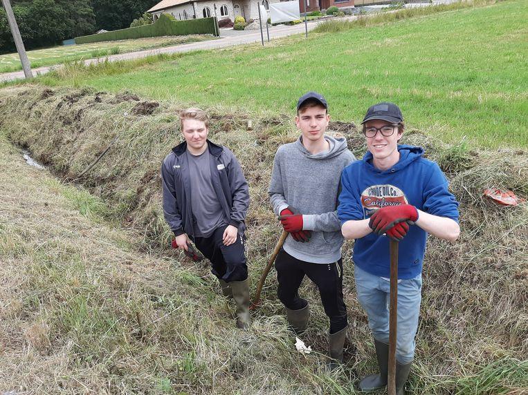 Jobstudenten Wouter, Senne en Matthias aan het werk ter hoogte van de Rode in Testelt