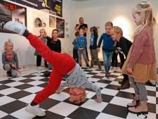 Gorcumse hedendaagse helden, al dansend en zingend door het Hendrick Hamel Museum