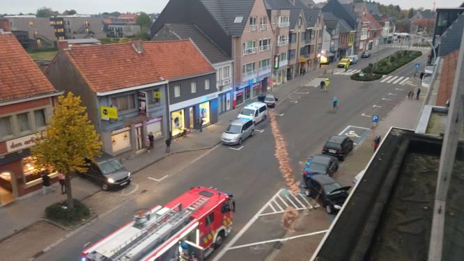 Chauffeur verliest controle in Dorpsstraat en ramt twee geparkeerde wagens