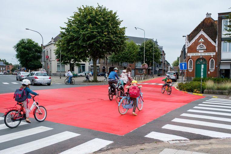 Het wegdek op het kruispunt is volledig in rode verf gespoten.