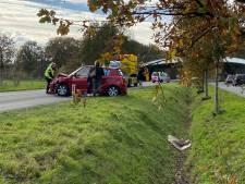 Auto's botsen frontaal op elkaar op provinciale weg tussen Rijssen en Wierden