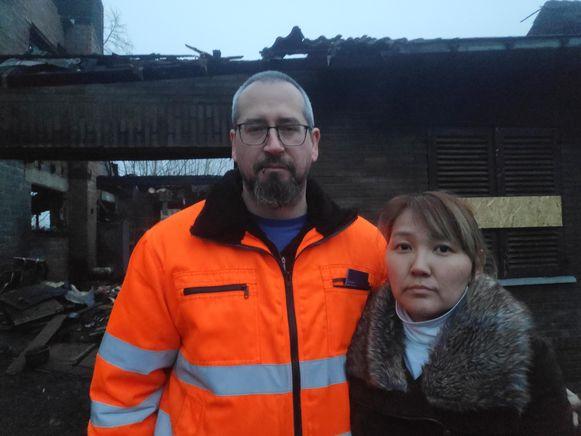 Hans Thienpont en zijn vrouw Alina Dzhintsanova gingen zaterdagnamiddag de schade aan de woning opmeten.
