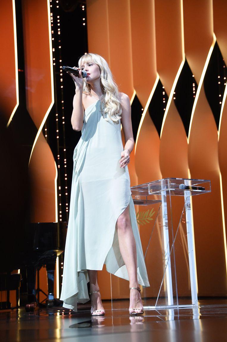 Angèle in een jurk van Jacquemus.