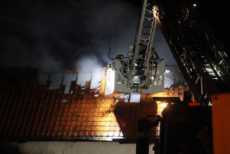 De brandweer bestreed de vlammen van buitenaf, omdat het gebouw dreigde in te storten.