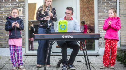 """Koppel speelt elke avond muziek op straat: """"Zo zien we of het goed gaat met de buren"""""""