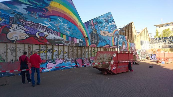 De graffitiwand wordt afgebroken.