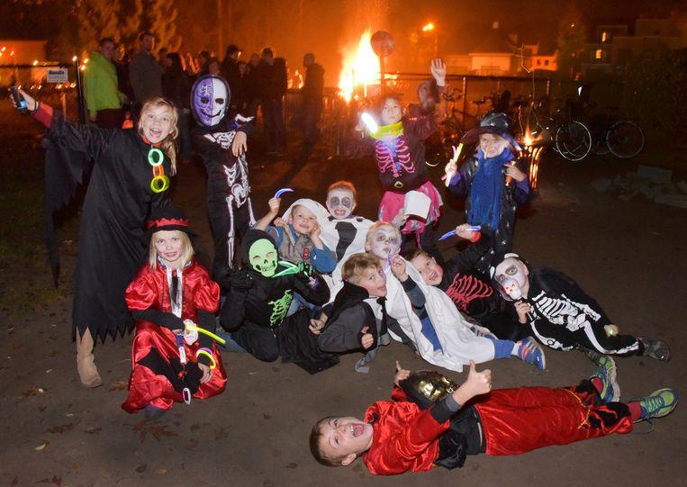 Verkleed als zombies en heksen zijn deze kinderen helemaal klaar voor een wandeling op en rond de Konijnenberg.