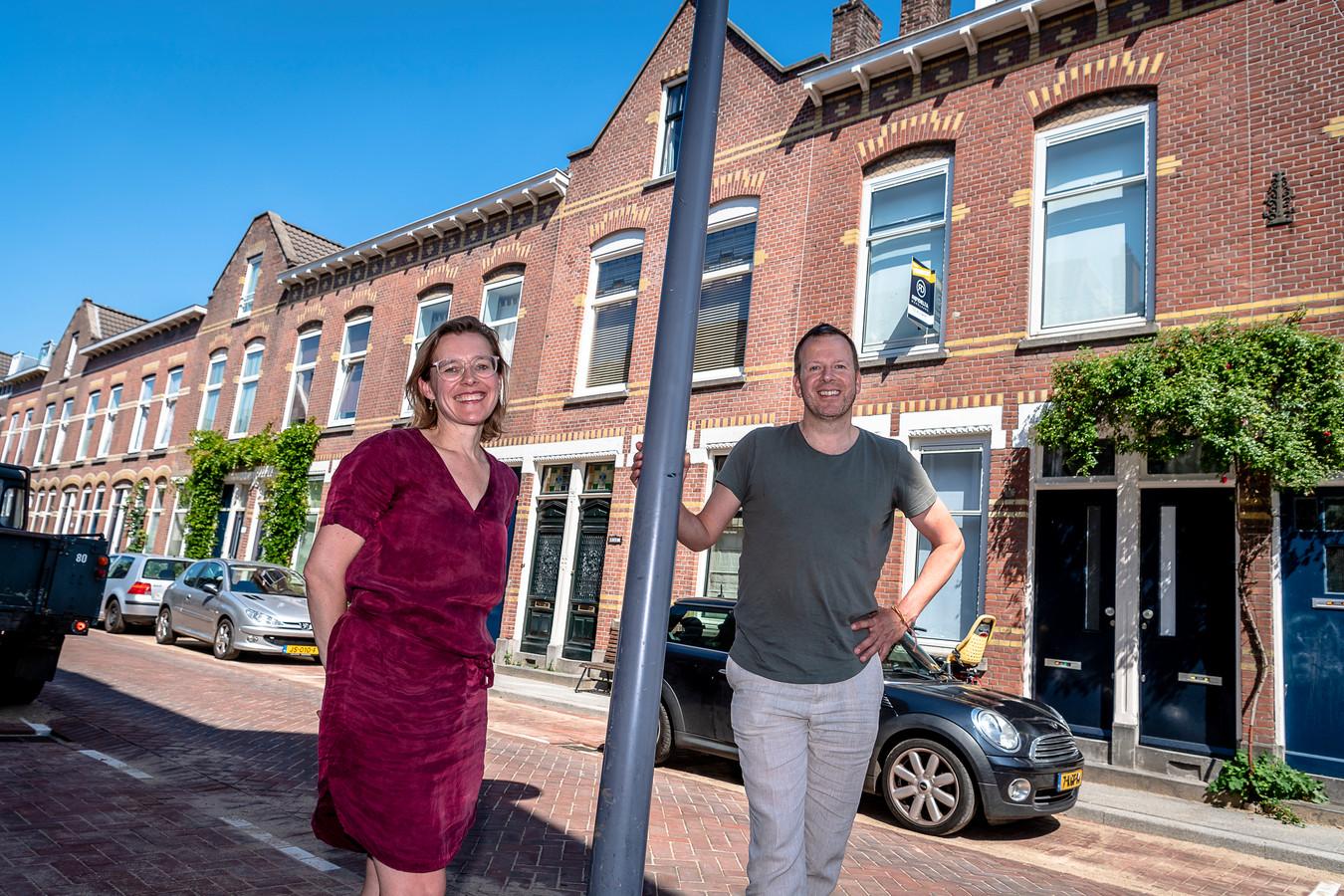 Door de 'verkamering' van verkochte woningen is de wijk van Sanneke van Hassel en Nils Ligthart (r) niet meer zoals die was, vinden zij.