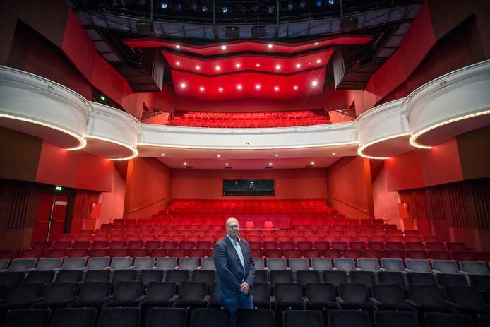 Interim-directeur Johan Boonekamp in de theaterzaal van Theater Hanzehof.
