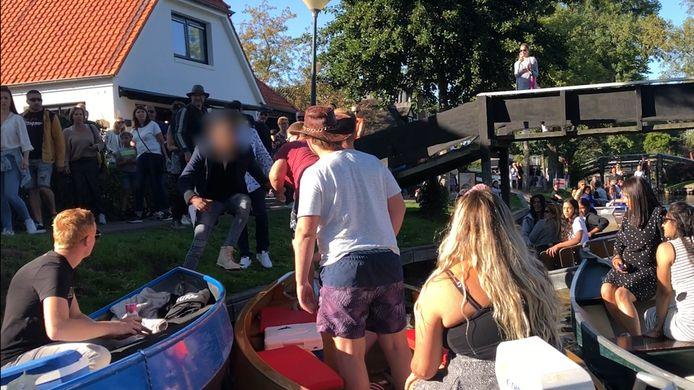 Het latere slachtoffer springt hier op de boot van de groep waar hij en zijn bootgenoten ruzie mee kregen op de gracht in Giethoorn.