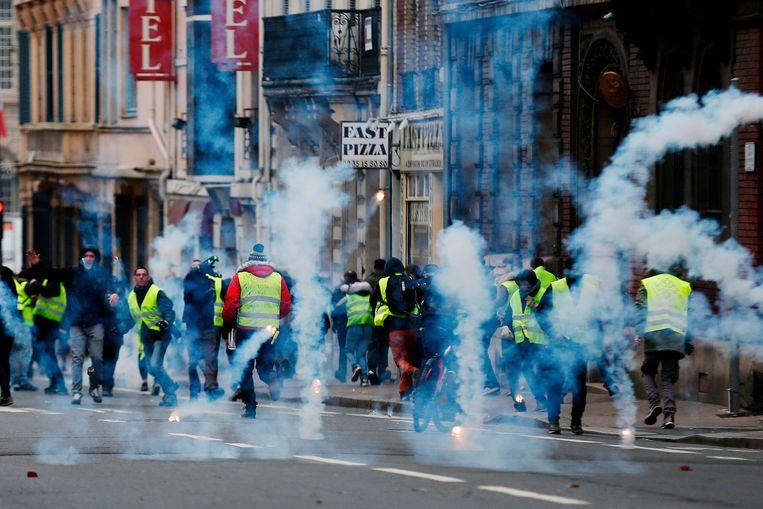 De politie vuurt traangas af naar betogers in Rouen. Beeld AFP