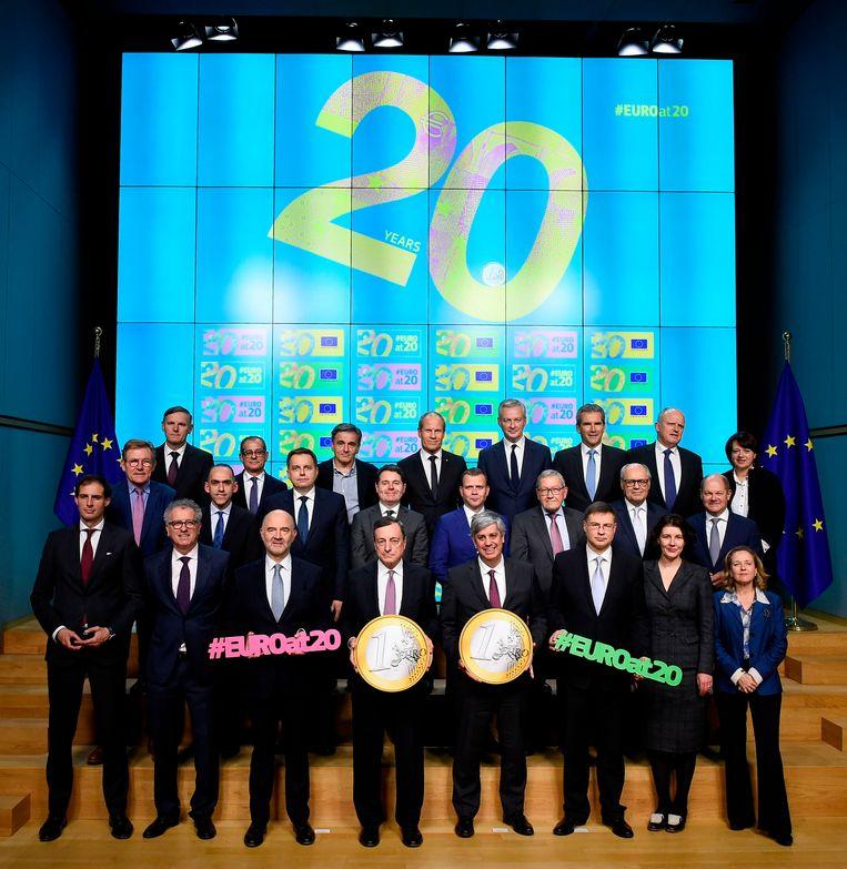 De leden van de Eurogroep tijdens de viering van 20-jaar Eurogroep. Minister Wopke Hoekstra staat links vooraan. Beeld AFP