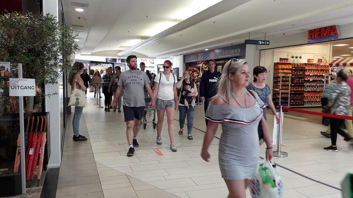 In winkelcentrum De Roselaer in Roosendaal wordt het winkelend publiek via pijlen op de grond de weg gewezen. Beveiligers letten erop dat winkelaars zich aan de routing houden.
