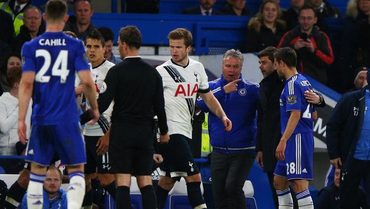 Guus Hiddink probeert een opstootje tussen spelers van Chelsea en Spurs te sussen.