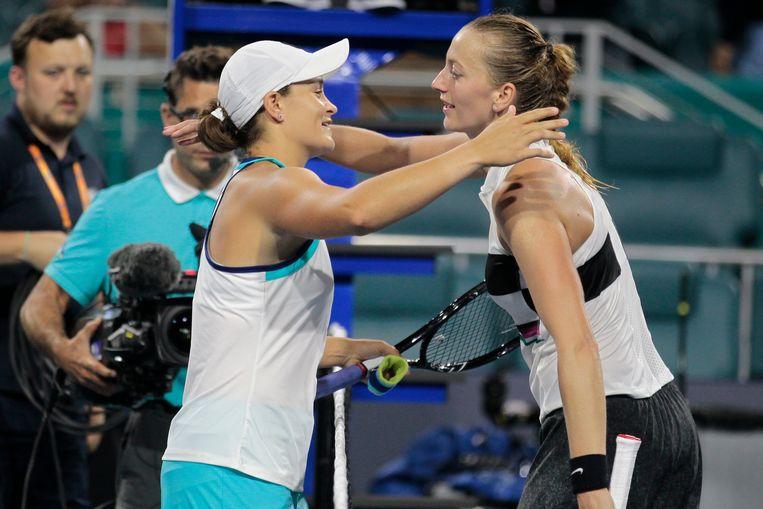 Barty met een knuffel voor Kvitova (r).