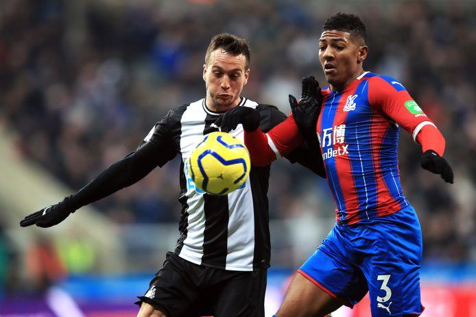 Patrick van Aanholt (rechts) in duel met Newcastle United-speler Javier Manquillo.