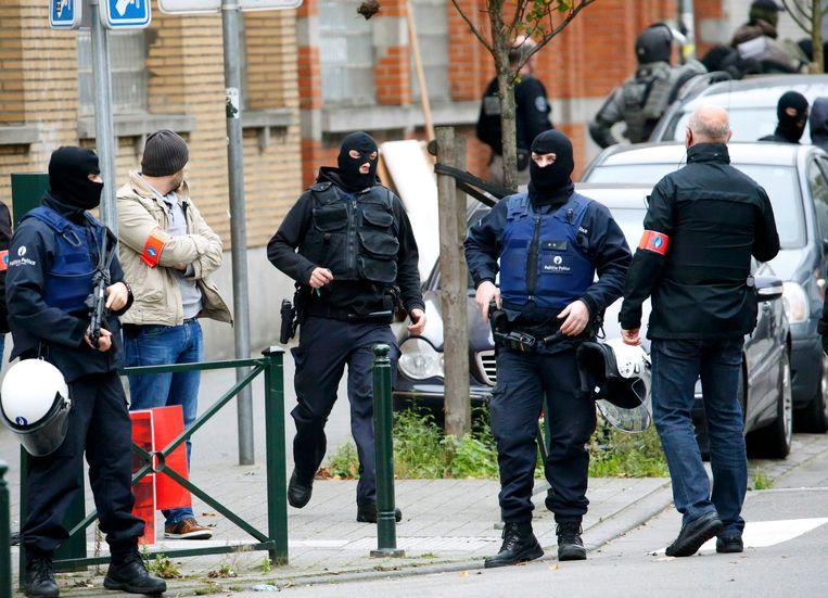 Speciale eenheden in Molenbeek maandagochtend. Beeld REUTERS