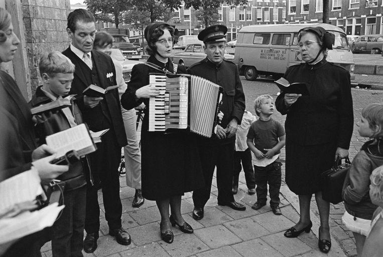 Heilsoldaten zingen op straat in Den Haag, 1970. De op de foto afgebeelde personen komen niet in dit verhaal voor. Beeld null