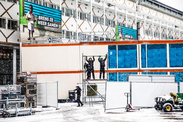 De opbouw van het Glazen Huis in Apeldoorn vond ook plaats in de sneeuw.