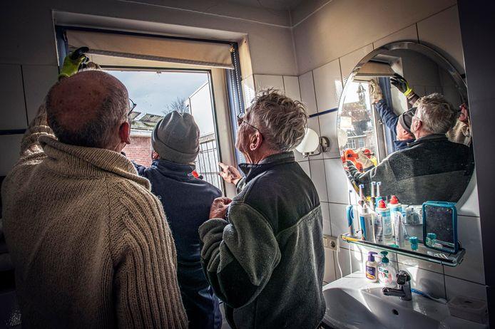 Drie Klimaatklussers in de badkamer: een nieuw isolerend raam in de deur naar buiten.