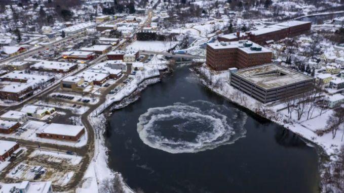 Opmerkelijk natuurfenomeen: ijsschijf draait weer rond op Amerikaanse rivier