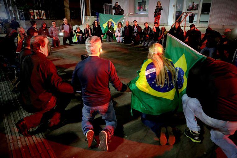 Aanhangers van de Braziliaanse presidentskandidaat Jair Bolsonaro houden een wake op de Avenida Paulista, in het centrum van São Paulo. Beeld EPA