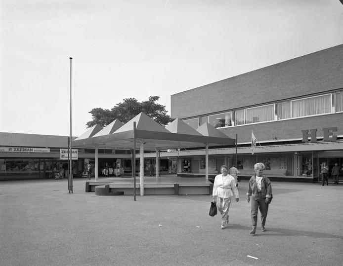 Grootwinkelcentrum Overvecht in 1990.
