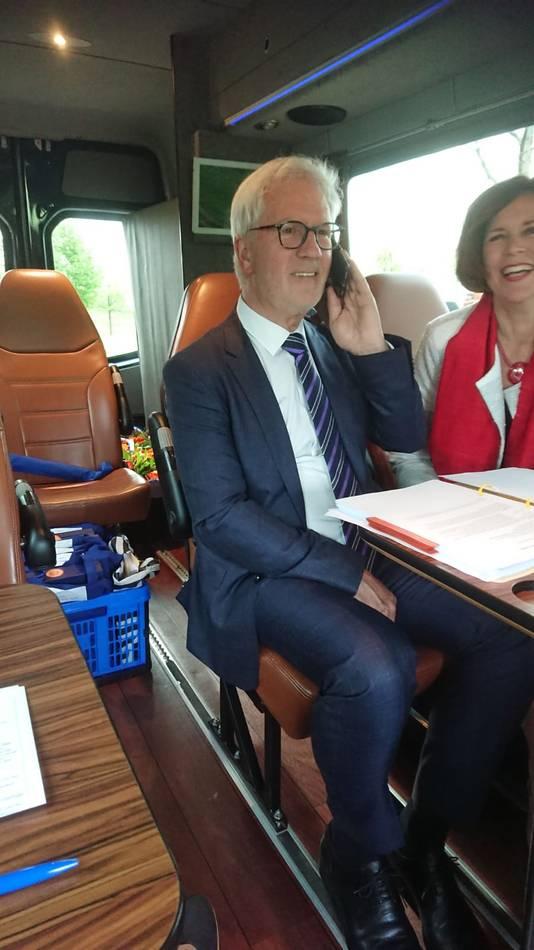 Anja Verhaart-Heijnen (59, Fijnaart), die in het buitenland verblijft, werd gebeld met het nieuws dat ze Lid in de Orde van Oranje-Nassau is.