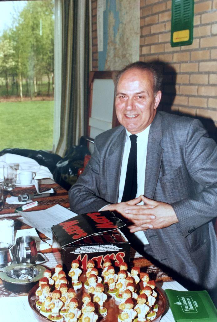 Jan Ketelaars tijdens het naar hem vernoemde jeugdtoernooi van RKTVV. Daar kreeg iedere deelnemer een klein RKTVV-beeldje als aandenken.