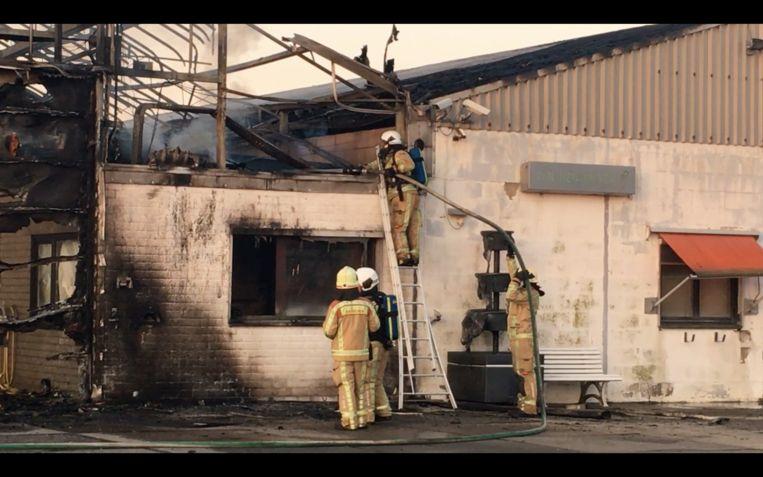 De brandweer kreeg de brand in de serre snel onder controle, maar er was wel behoorlijk wat schade.